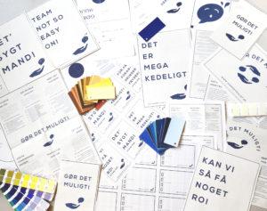 BineJoMO Design visuel identitet konsulent grafisk design logo Gør Det Muligt bord foto